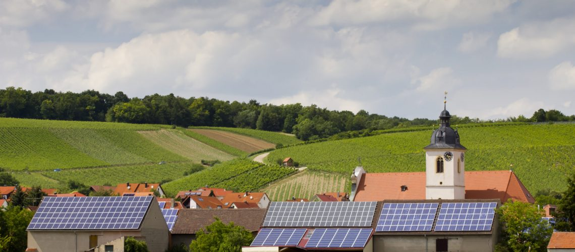 Solaranlagen auf den Dächern einer kleinen Ortschaft